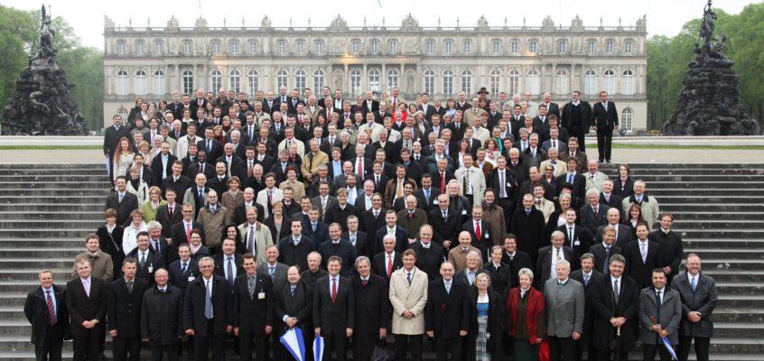 Gruppenfoto mit etwa 300 Menschen vor Schloss Herrenchiemsee