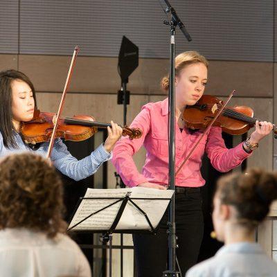 Die Geschichtswerkstatt des Paul-Pfinzing-Gymnasiums und Konzert für zwei Violinen