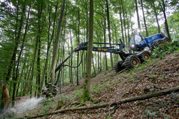 Der Oktober - Ein Harvester im steilen Gelände des Staatsforstes bei Engelthal