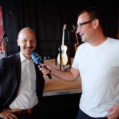 Johannes Tonio Kreusch, links, der künstlerische Leiter des Festivals im Interview mit dem BR