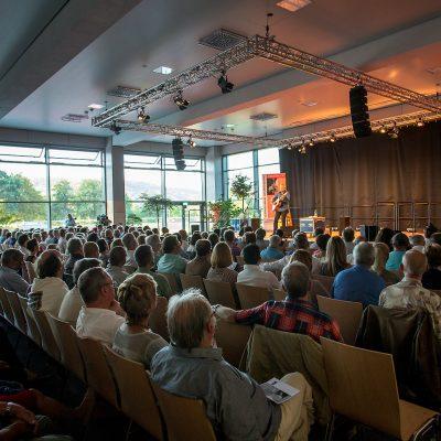 Auftaktkonzert mit Tommy Emmanuel. Erstmals fanden Konzerte des Gitarrenfestivals in Hersbruck in der neuen GERU-Halle statt.