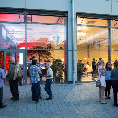 Pausenathmospäre vor der neuen GERU-Halle in Hersbruck, die erstmals als Spielstätte diente.