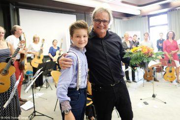 Abschlusskonzert der Festivalteilnehmer im AOK Bildungszentrum Hersbruck - Blumen und Umarmung für Dirigent und Komponist Jürg Kindle