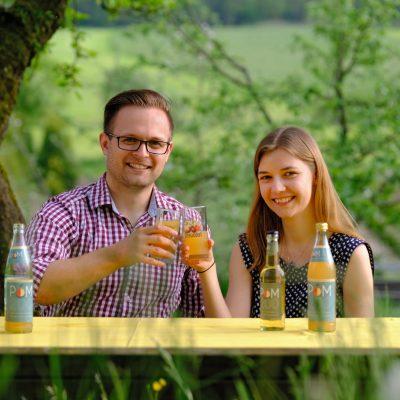 Johanna und Alexander mit den neuen Schorles - Streuobstinitiative Hersbruck, Obstsortengarten