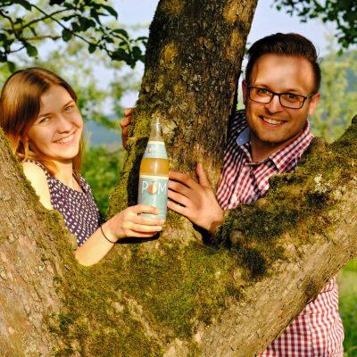 Johanna lockt Alexander mit dem trüben Schorle - Streuobstinitiative Hersbruck, Obstsortengarten