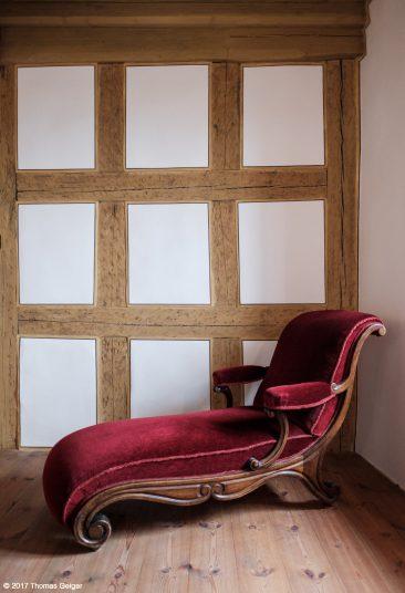 Besichtigung der Burg Hohenstein - eine alte Chaiselongue im renovierten Langhaus