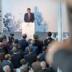 Staatssekretaer Franz-Josef Schierer am Pult bei seiner Rede, Blick von der Galerie über die Hinterköpfe der Gäste