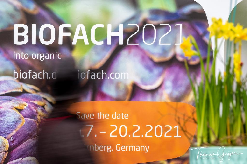 Buntes Plakat für BIOFACH 2021 mit der Silhouette eines Menschen in Bewegung davor