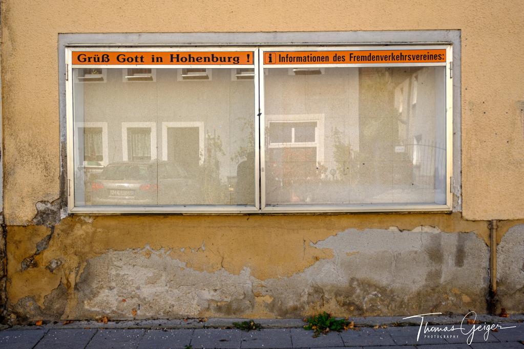 """Leerer Schaukasten mit der Aufschrift """"Grüß Gott in Hohenburg - Informationen des Fremdenverkehrsvereines"""""""